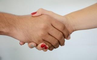 manos de mujer y hombre