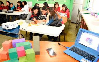 jovenes en colegio, computadora y elementos matemáticos