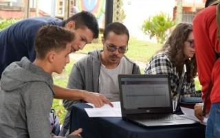 estudiante recibiendo colaboración de otro en matrícula 2020