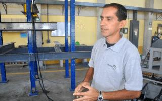 Mauricio Mayorga, ingeniero del CIVCO, en el laboratorio de piso fuerte.