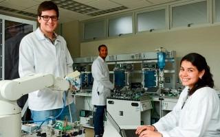 estudiantes en laboratorio de mecatrónica