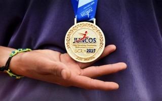 estudiante_mostrando_medalla_de_oro_