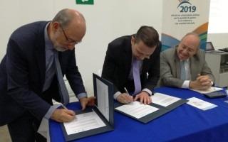 imagen de dos hombres firmando un documento