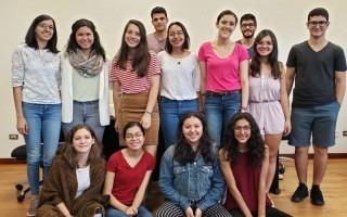 Imagen de varios estudiantes posando para la fotografía.