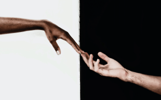 Mano negra y mano blanca.