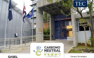 Entrada principal del Campus Tecnológico Local San José donde se aprecian las banderas de Costa Rica, del TEC y la Azul Ecológica.
