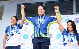 nadadora_del_tec_celebrando_su_medalla_