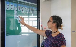 Mujer jugando cartas en la pantalla  de los kioscos informativos del kioscos informativos.