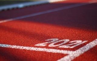 Imagen de un carril de una pista atlética con el número 2021