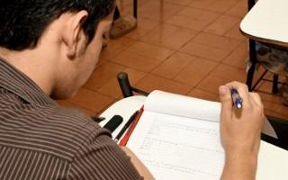 Estudiante haciendo un examen de práctica.