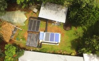 Paneles solares junto a la lechería.