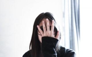 mujer con mano en cara