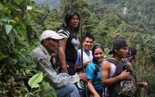 Personas indígenas en un tour por la montaña.