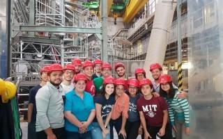 imagen de varios estudiantes posando para la fotografía en un laboratorio de plasma, en Alemania.