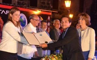 Carlos Rodríguez, estudiante de Ingeniería Electrónica, al momento de recibir el premio Rubén Darío, del CSUCA.