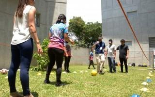 Varias personas juegan fútbol con los ojos vendados.