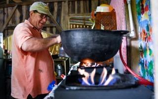 Uno de los usuarios encendiendo la nueva cocina