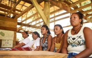 Mujeres indígenas ponen atención en una reunión.