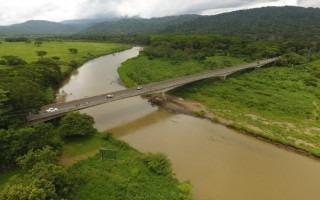 Imagen de un puente y abajo se observa un río.