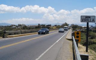 Carro pasando por el puente del Río Virilla