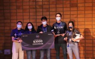 Estudiantes ganadores posando con el premio.