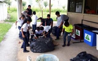 Niños reciclando residuos sólidos en los centros educativos de Boca Tapada, Boca San Carlos y Boca Cureña.