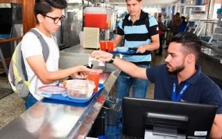 cajero cobrando dinero de alimentos en restaurante institucional