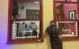 jose_castillo_recostado_en_la_fachada_del_restaurante_