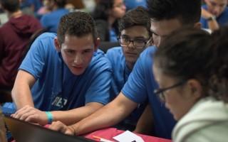 estudiantes_reunidos_trabajando_