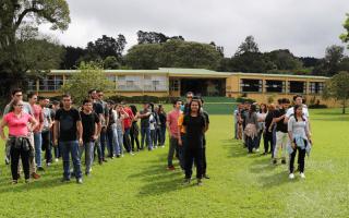 Imagen de varios estudiantes en un campamento.