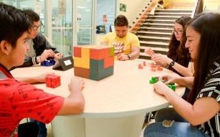 estudiantes_jugando_con_cubo_matematico_