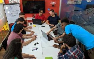 grupo de jóvenes trabajando