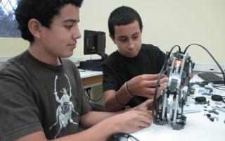jovenes_usando_robot_