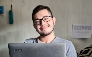imagen de un estudiante con una computadora en sus manos.