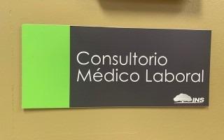 Rótulo que dice Consultorio Médico Laboral del INS.