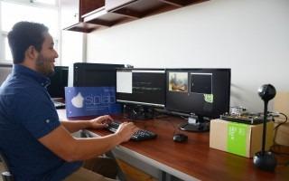 estudiante_sentado_escritorio_utilizando_nueva_tecnología_