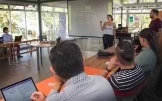 Imagen de una estudiante explicando su proyecto.