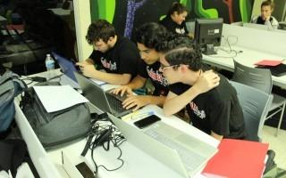jovenenes trabajando en computadora