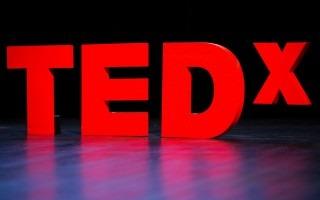 Letras rojas forman el logo de tedx