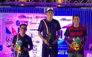 triatlonistas_con_premio_en_podio_