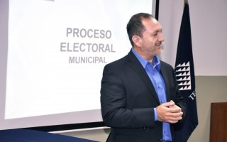 Héctor Fernández frente al proyector.