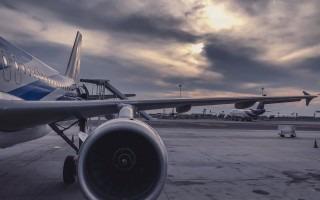 Turbina y ala de avión estacionado.