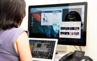 persona frente a computadora conectada a internet