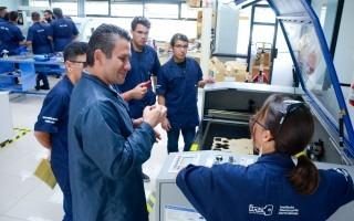 profesor muestra laboratorio a estudiantes