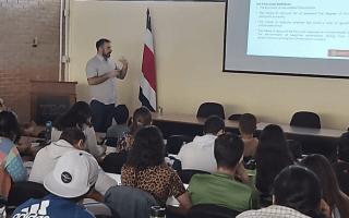 Imagen de un profesor extranjero dando una charla a los estudiantes del TEC