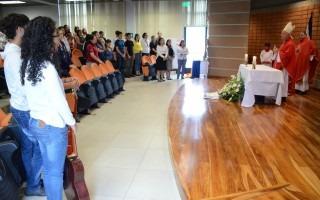 personas de pie escuchando la misa oficiada por monseñor Mario Quiros