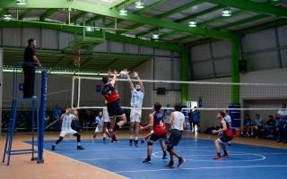 Imagen de unos jóvenes jugando voleibol.