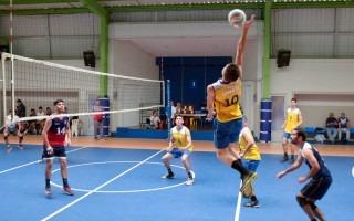 Acción del partido de voleibol.
