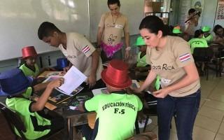 estudiantes-voluntarios-trabajando-escuela-