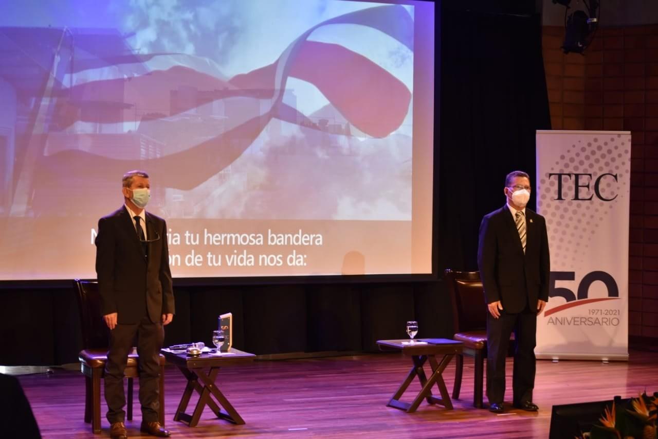 EL rector y el vicepresidente durante el himno nacional.